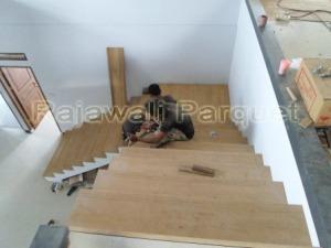 Proyek pemasangan papan tangga kayu di Yogyakarta.