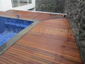 Pemasangan decking kayu bengkirai dipinggir kolam renang