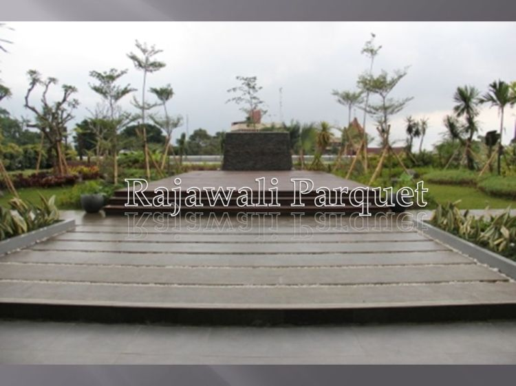 Lantai outdoor dengan decking kayu besi Sulawesi