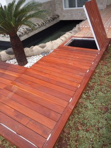 Pemasangan decking kayu Merbau area outdoor