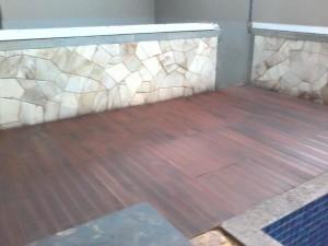 Pemasangan decking kayu bibir kolam renang1