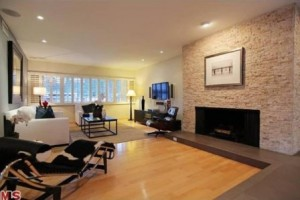Lantai kayu parket di ruang keluarga