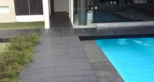 lantai kayu outdoor kolam renang